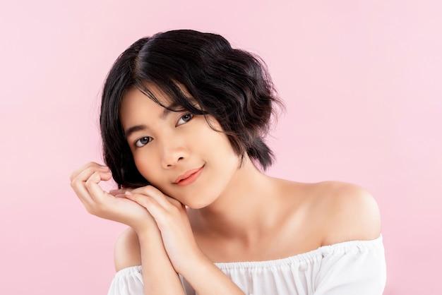 波状の短い髪型と美しい若い繊細なアジアの女性 Premium写真