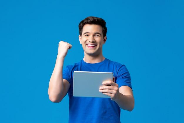 タブレットコンピューターを持って興奮している人 Premium写真