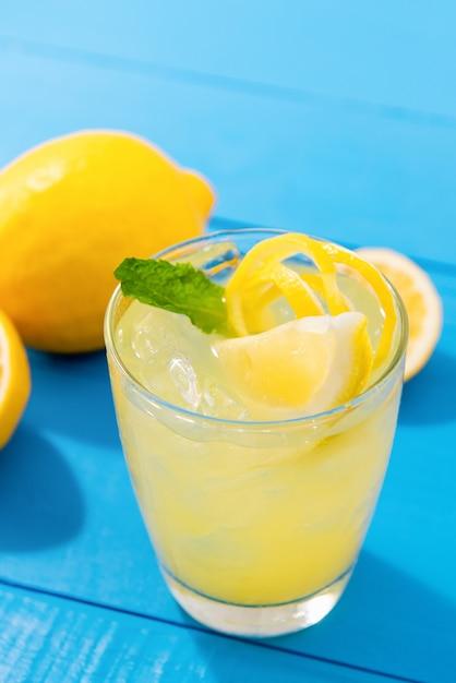 ミントの葉と新鮮なレモネードジュース Premium写真