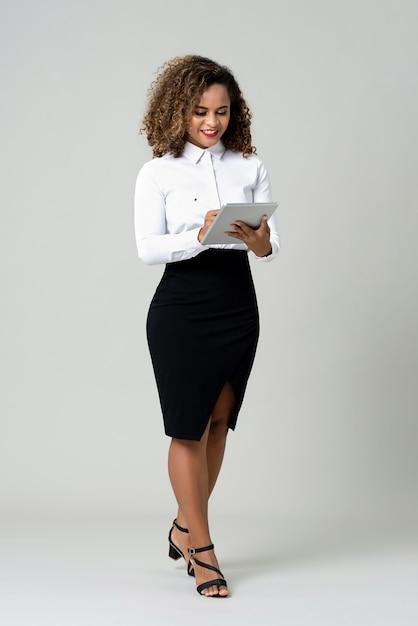 タブレットコンピューターを使用してビジネスの女性 Premium写真