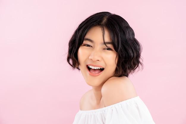 韓国の短い髪型と笑顔のかなりアジアの若い女性 Premium写真