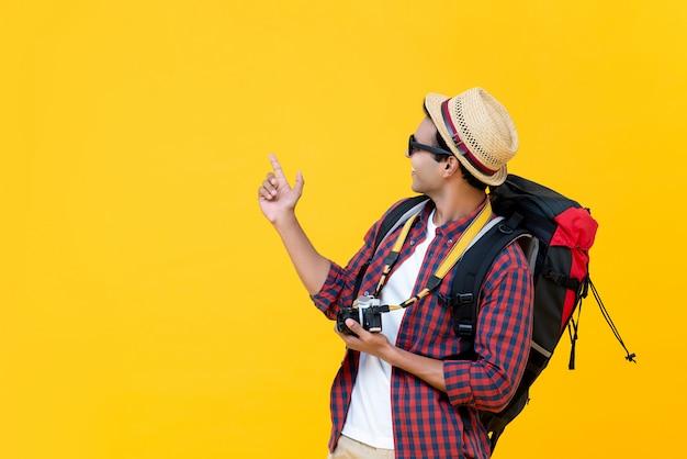 彼の旅行で楽しんでいるアジアのバックパッカー Premium写真