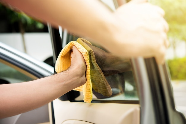 Автосервис обслуживающий персонал чистка стекол автомобиля Premium Фотографии