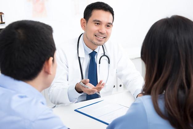 Пара пациентов консультируется с врачом Premium Фотографии