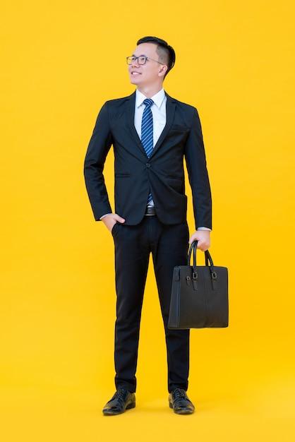 Уверенный в себе азиатский мужчина в деловом костюме Premium Фотографии