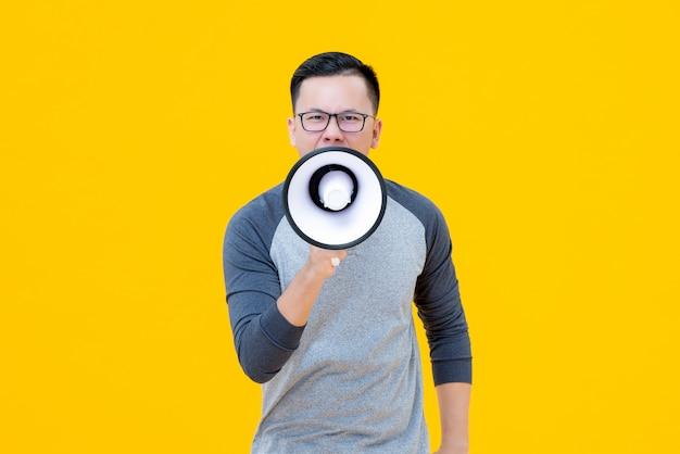 アジアの中国人男性がメガホンで叫んで Premium写真
