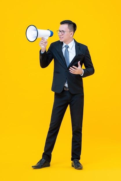 メガホンを使用して何かを言うまたは発表するビジネスマン Premium写真