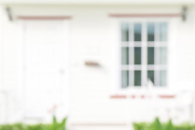 ドアと窓、背景の白い家のぼやけ正面 Premium写真