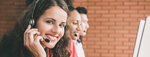 Агент коммерсантки работая в центре телефонного обслуживания Premium Фотографии