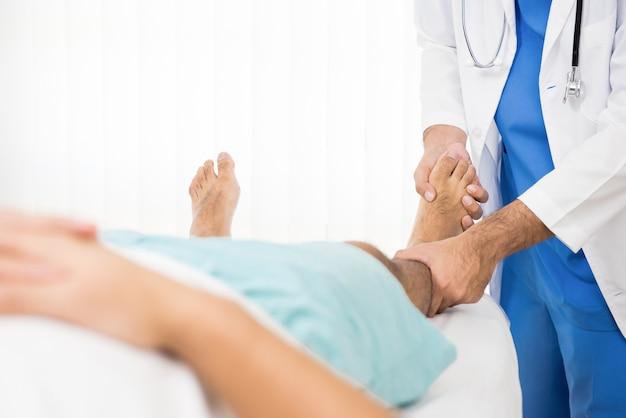 足の骨折患者への理学療法士訓練リハビリ運動 Premium写真