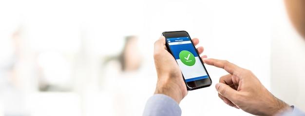 Бизнесмен успешно перевел деньги через мобильное приложение онлайн-банкинга Premium Фотографии