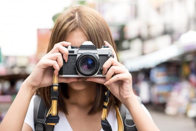カオサン通り、バンコク、タイで写真を撮る旅行アジア女性観光バックパッカー Premium写真