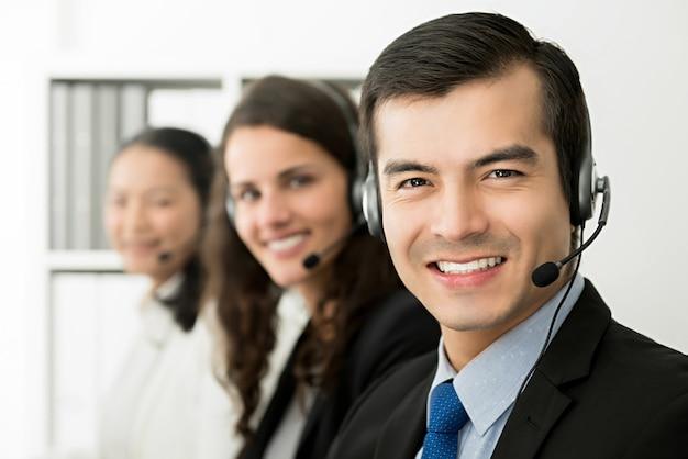 Усмехаясь команда агента обслуживания клиентов телемаркетинга, концепция работы центра телефонного обслуживания Premium Фотографии