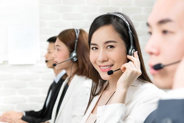 コールセンターで働くアジアのテレマーケティングカスタマーサービスエージェントチーム Premium写真