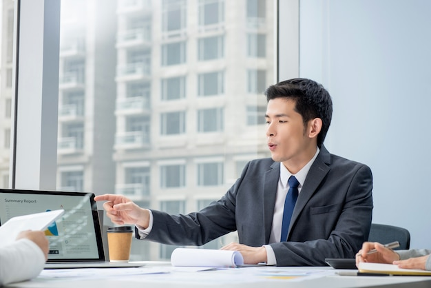 Азиатский бизнесмен обсуждает проект на встрече Premium Фотографии