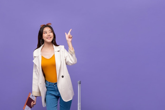 Азиатская женщина турист, указывая рукой для копирования пространство Premium Фотографии