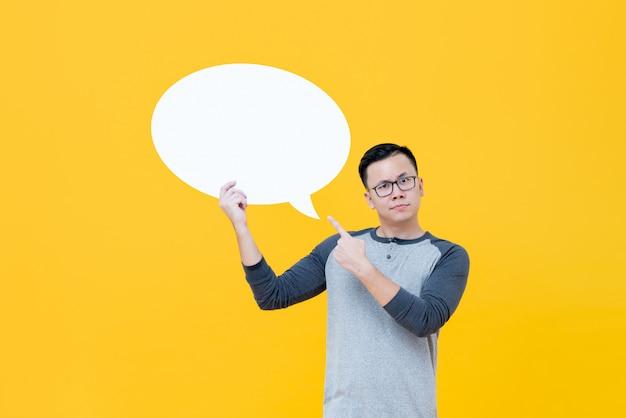 空の吹き出しを指して疑わしいアジア人 Premium写真