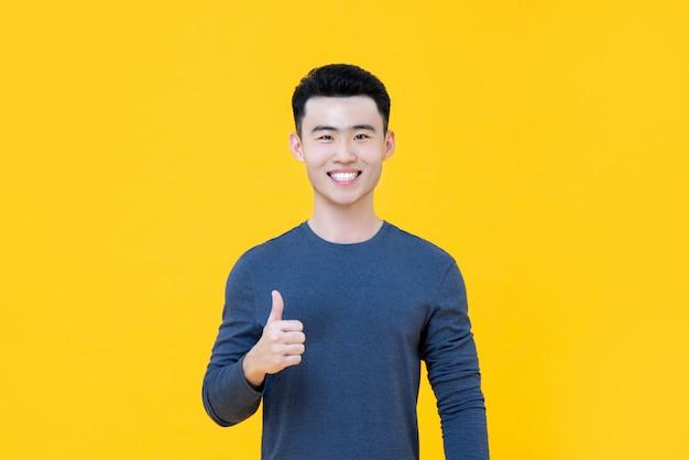 Ся азиатский человек давая большие пальцы руки вверх изолированный Premium Фотографии