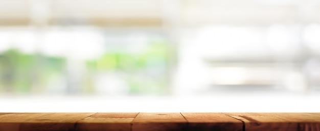 木製テーブルの上にキッチンウィンドウの背景をぼかし Premium写真