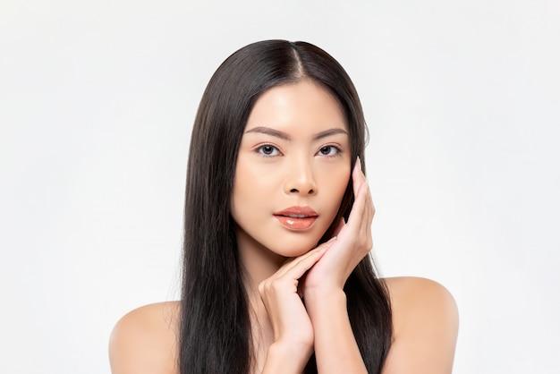 Красивая азиатская женщина с светлой кожей делая руки на представлении стороны Premium Фотографии