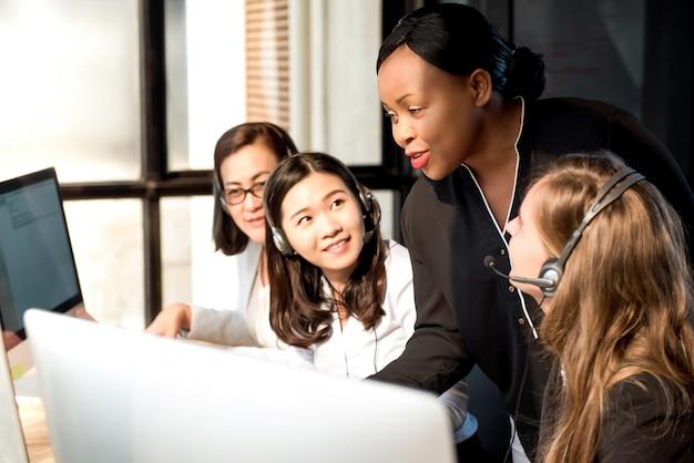 コールセンターの同僚と働く黒人の女性監督 Premium写真