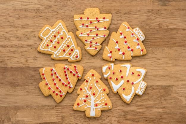 クリスマスツリーの形のジンジャーブレッドのクッキーを飾った Premium写真
