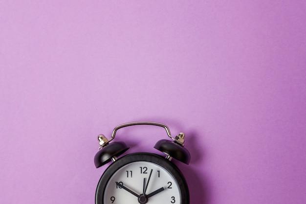 ビンテージの目覚まし時計、紫色の分離 Premium写真