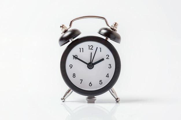 白い背景に分離されたビンテージの目覚まし時計 Premium写真