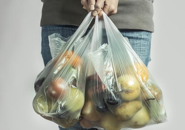 スーパーマーケットからの製品のプラスチックバッグ。 Premium写真