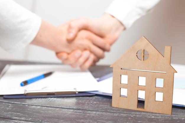 Рукопожатие по договору недвижимости между риэлтором и клиентом. Premium Фотографии