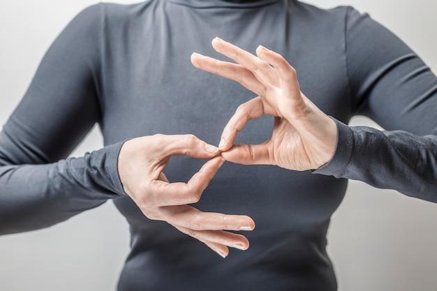 女性が話す手話を学ぶ Premium写真