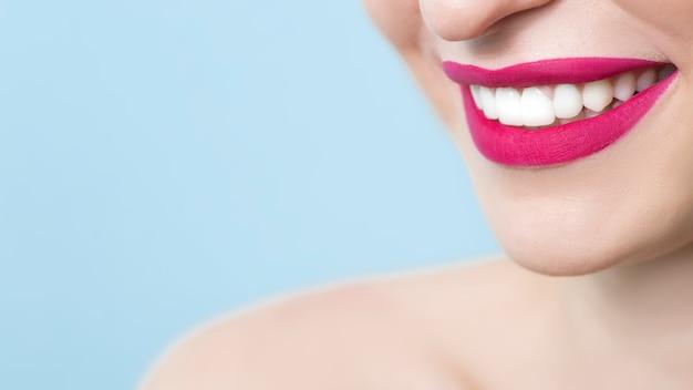 美しく健康的な歯を持つ笑顔の女の子。閉じる。 Premium写真