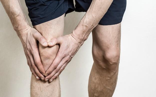 男の膝の痛み。アスリートの膝の負傷。メニスカス。 Premium写真