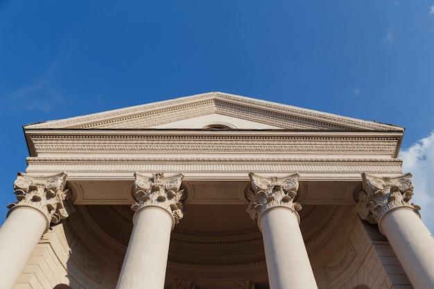 青い空を背景に列を持つ国会議事堂のファサード。底面図 Premium写真