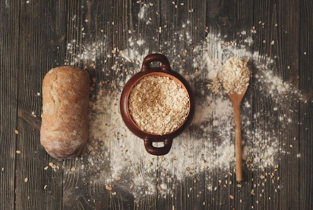スプーンシリアルと素朴な背景の上のパン鍋。上からの眺め。 Premium写真