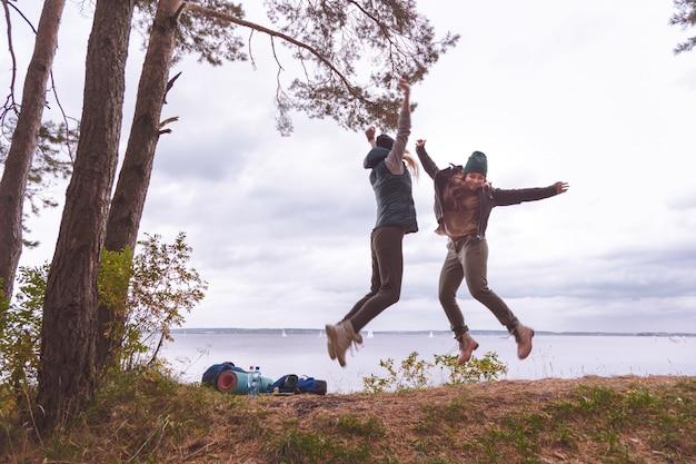 幸せな旅行者の女性がジャンプします。 Premium写真