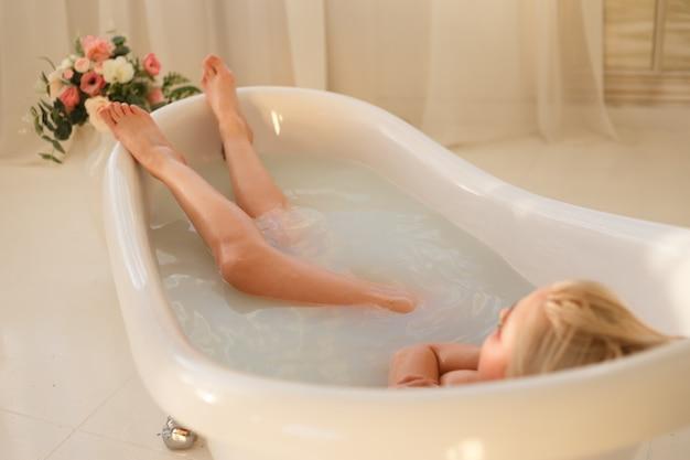 牛乳とお風呂で少女の肖像画 Premium写真