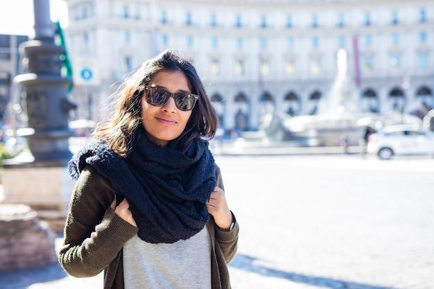 街で笑っている若いインド人女性 Premium写真