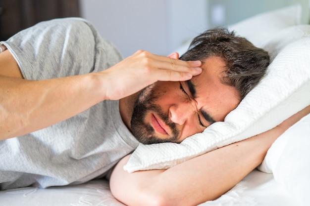 頭痛と喉と若い男 Premium写真