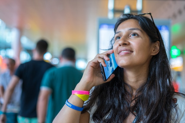 Молодая женщина разговаривает с мобильным телефоном Premium Фотографии