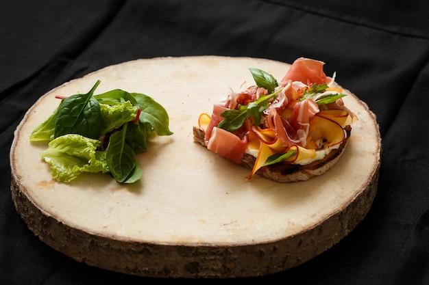 ハモンとレタスの木製トレイのサンドイッチ Premium写真