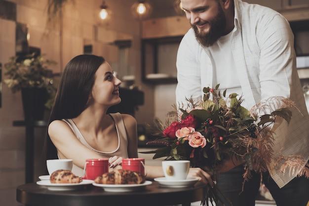 カフェで恋をしているカップルのためのロマンチックなディナー Premium写真