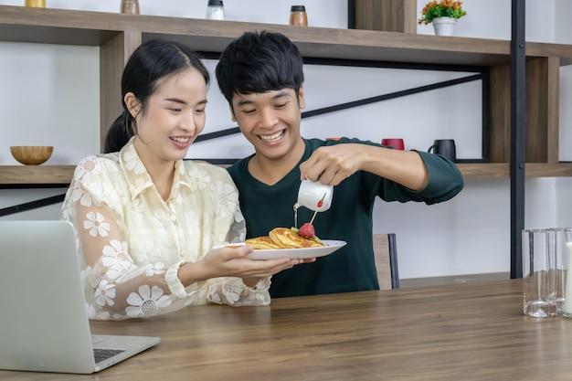 Подростки разливают мед на клубничный пирог. Premium Фотографии