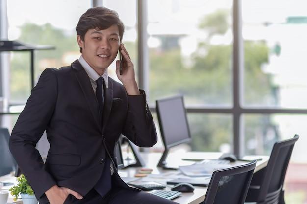Молодые предприниматели разговаривают по телефону. Premium Фотографии