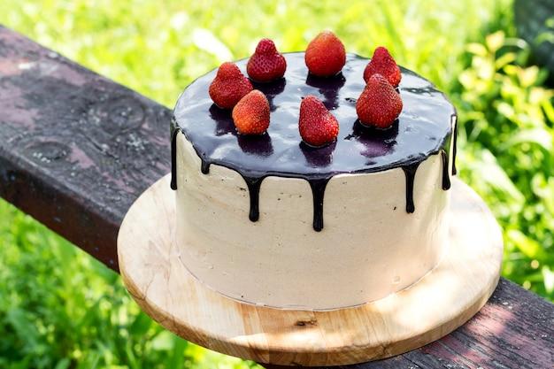 イチゴのチョコレートサマーケーキ。 Premium写真