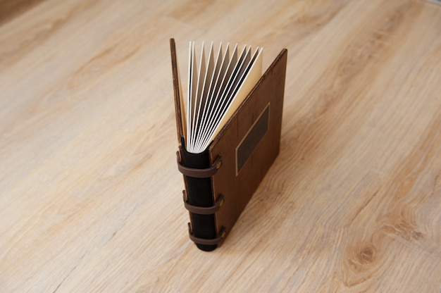 Свадебная книга с деревянной обложкой на деревянной текстуре Premium Фотографии