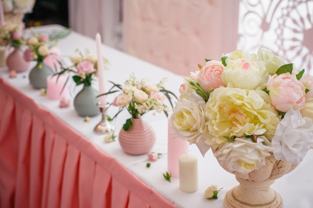 レストランでの結婚式のお祝いのための美しい装飾 Premium写真