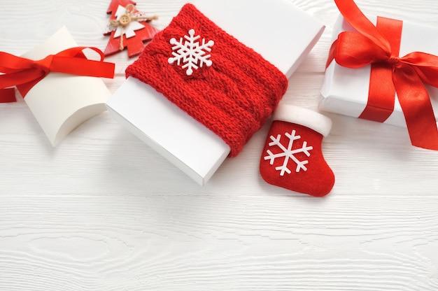 モックアップクリスマスの背景に装飾、ギフトボックス、赤の弓 Premium写真