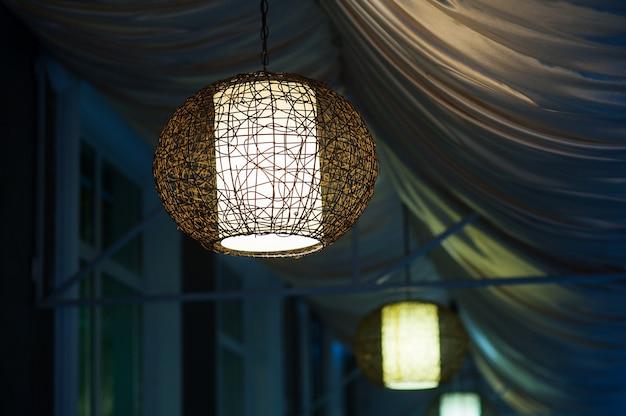 Люстры в вечернем кафе на открытом воздухе Premium Фотографии