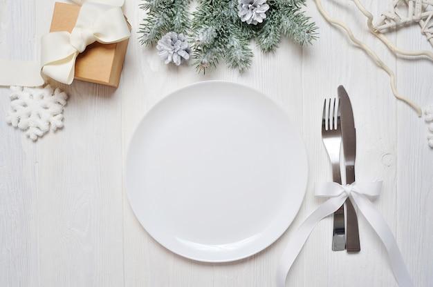 Сервировка стола рождество на белый деревянный стол. рождественская открытка Premium Фотографии